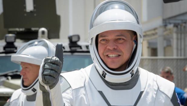 Астронавты NASAРоберт Бенкен и Даглас Хели.