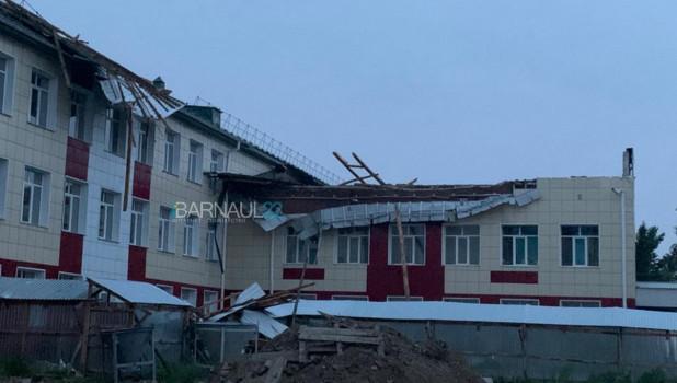 Ветер сорвал крышу со здания школы в Ключевском районе.