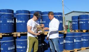 Агроблогер Роман Поздняков (слева) и руководитель направления ГСМ «Мустанг-Сибирь» Антон Подколзин (справа).