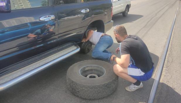 В Барнауле в женщину прелетело слетевшее с машины колесо.