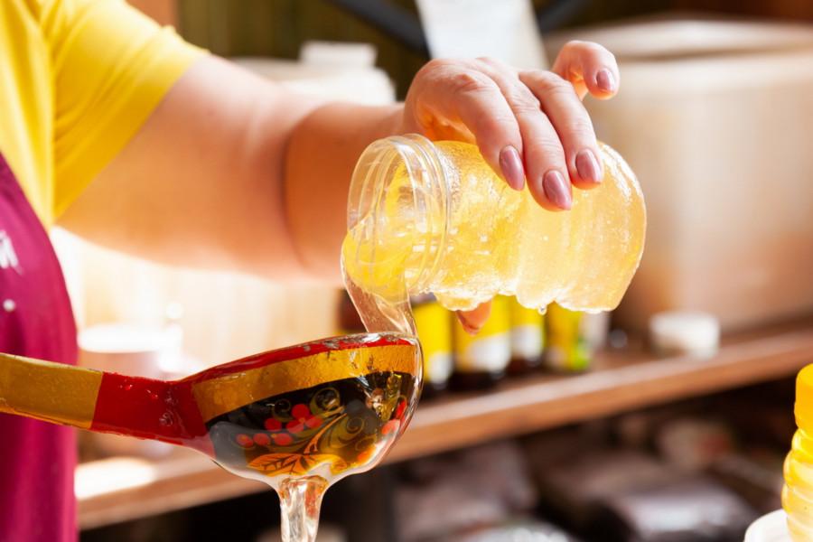 В Барнауле начали продавать мед нового урожая.