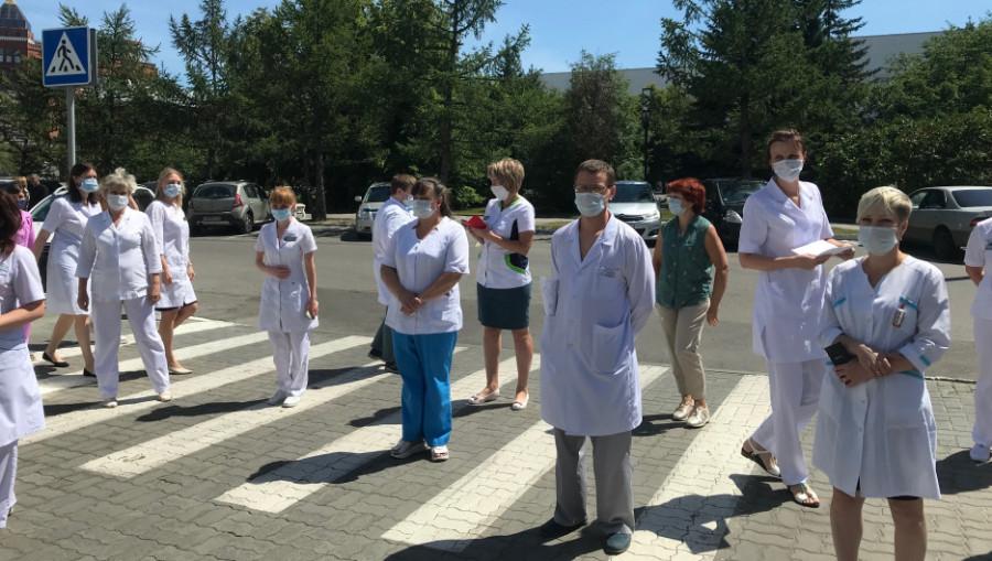 Медики перед Диагностическим центром Алтайского  края 11 июня 2020 года.