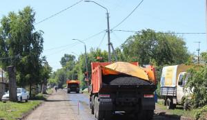 В Барнауле асфальтируют дорогу на улице Водопроводной.