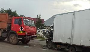 Жесткое столкновение двух грузовиков в Барнауле