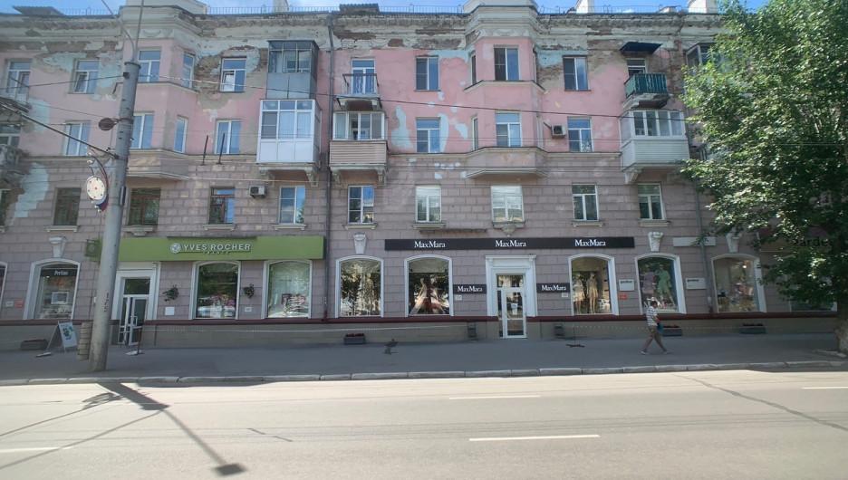 В Барнауле от памятника культурного наследия отлетают детали ценного исторического декора.
