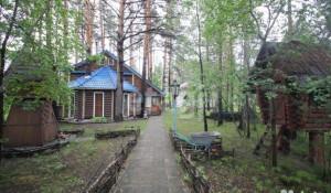 В Барнауле продают квартиру с избушкой во дворе.