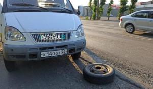 """От """"ГАЗели"""" в Барнауле отвалилось колесо."""
