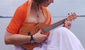 Девушка с укулеле.