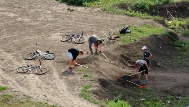 Барнаульцы взяли лопаты и принялись сами строить обещанный мэрией сквер.