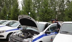 Начальник УМВД России по Барнаулу вручил ключи от новых служебных авто.