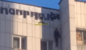 Чучело повесили на доме в Барнауле.