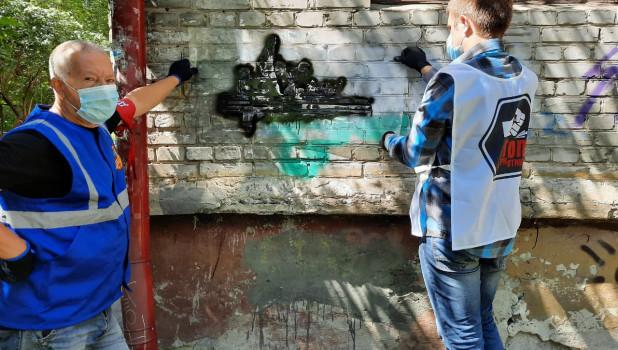 В Барнауле закрасили рекламу наркотиков.