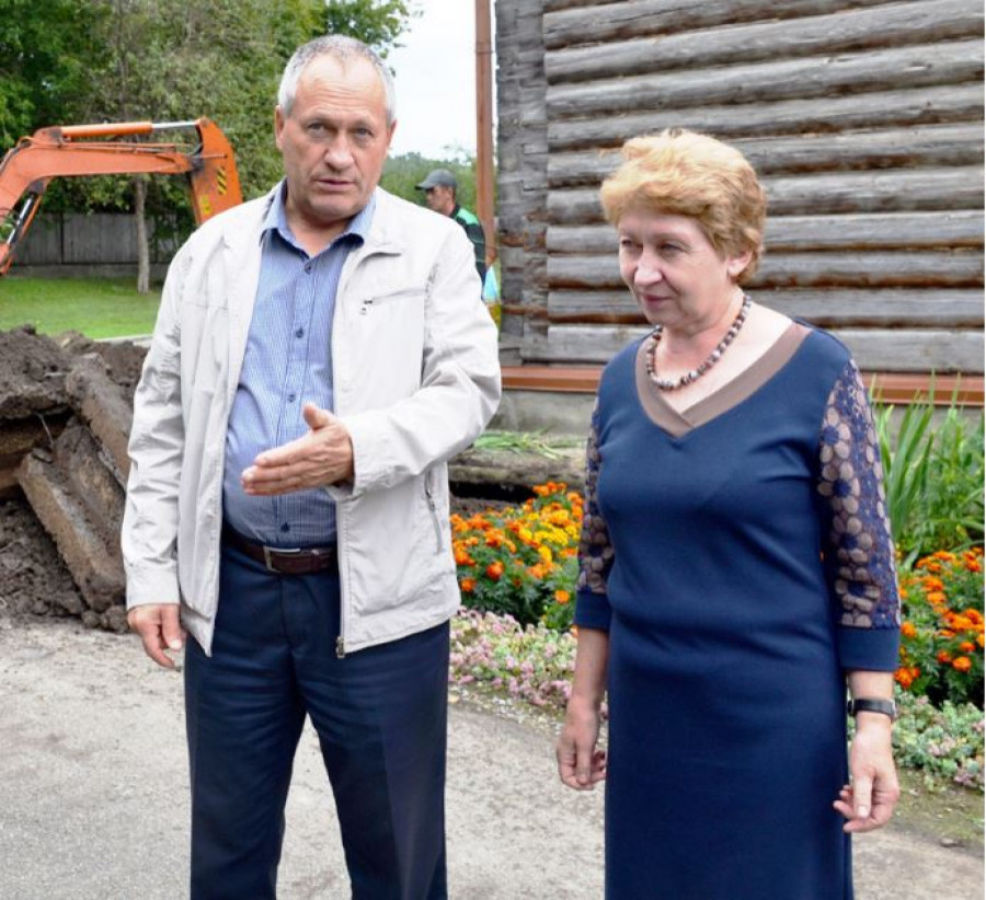 Глава Бийского района Владимир Трухин и бывший директор Шукшинского музея Лидия Чуднова.