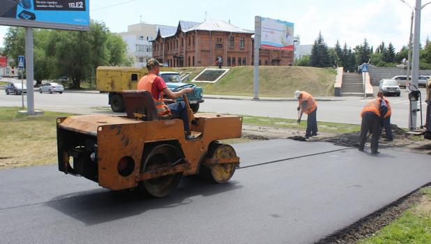 Идет ремонт тротуаров в Барнауле.
