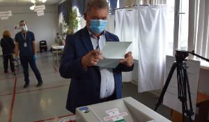 Александр Романенко голосует по поправкам в Конституцию.