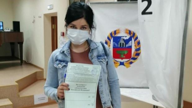 Мария Прусакова на избирательном участке.