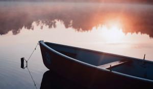 Водоем. Река. Лодка.