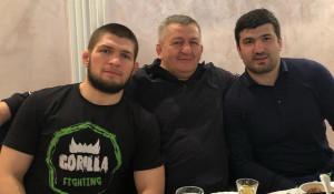 Хабиб и Абдулманап (в центре) Нурмагомедовы.