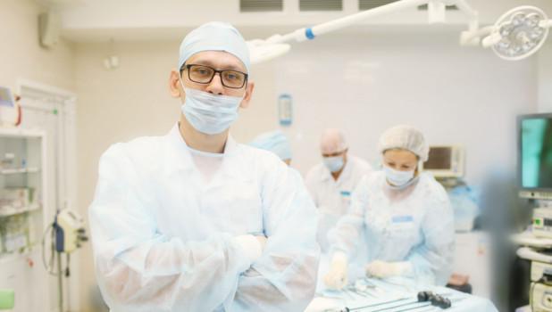 Павел Андреевич Гаврилов, уролог-андролог, нейроуролог, хирург, онколог, помимо прочего помогает при проблемах с эрекцией, выполняет операции по увеличению полового органа, занимается лечением простатита и мужского бесплодия.