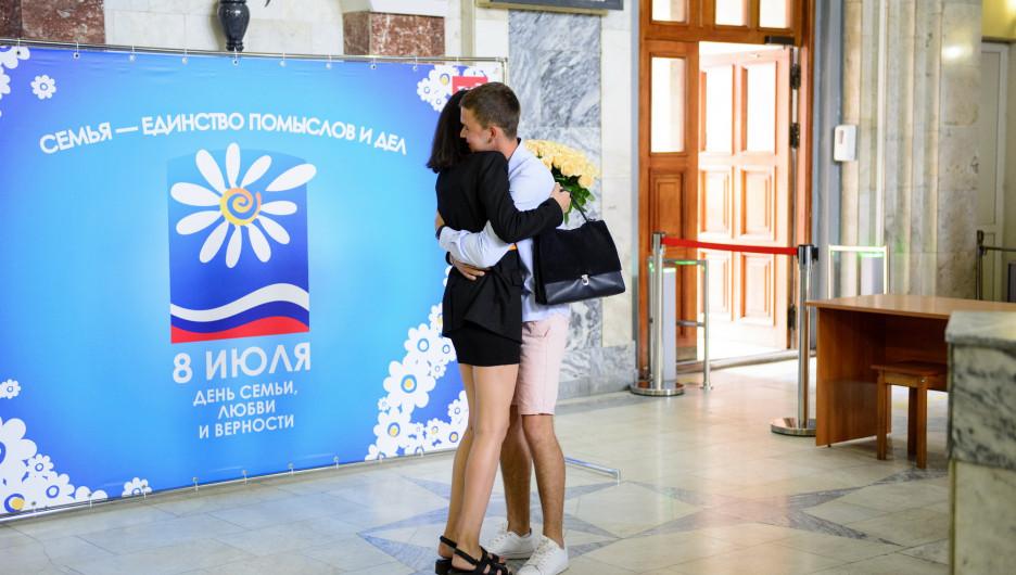 Акция - День семьи, любви и верности - вокзал Барнаул