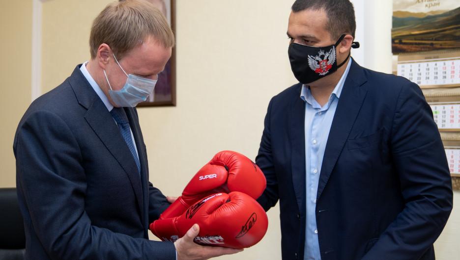 Представители Федерации бокса России встретились с губернатором Виктором Томенко.