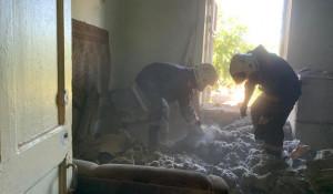 Спасатели разгребают завалы на месте обрушения.