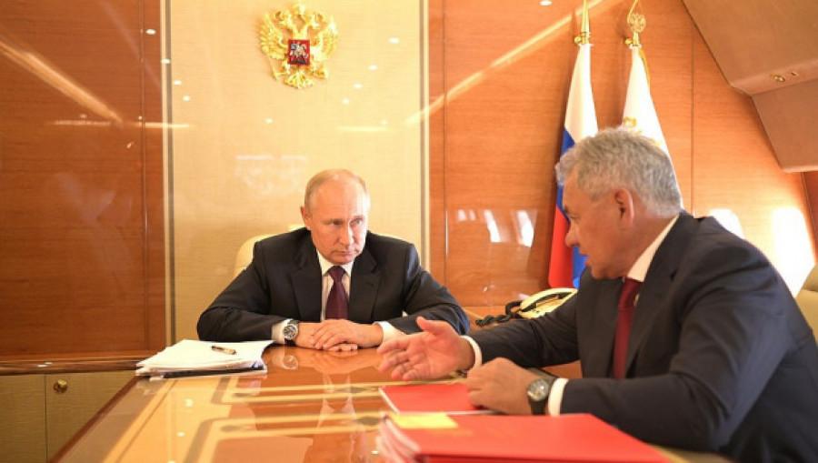 """Владимир Путин и Сергей Шойгу на """"борту №1""""."""