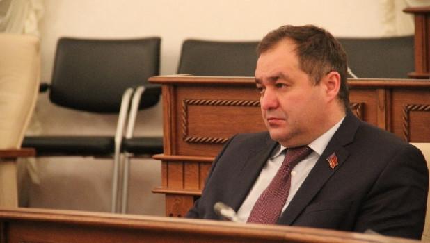Членство алтайского депутата Кондратьева в «Единой России» поставят на паузу после обвинений в даче взятки