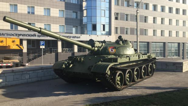 Установка танка Т-62 в Барнауле.