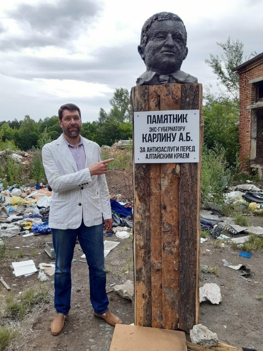 «По многочисленным просьбам». В Барнауле появился народный памятник экс-губернатору Алтайского края