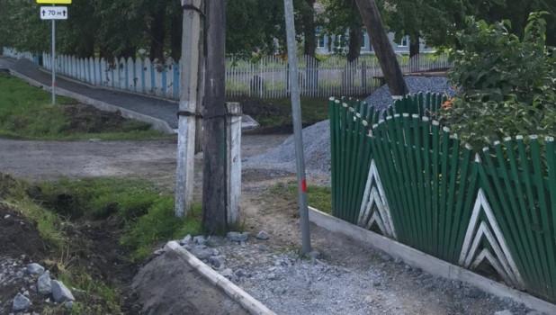 Красноярский тротуар с тремя столбами.
