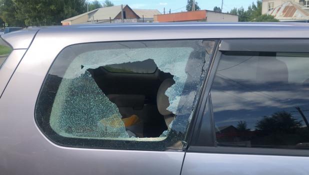 Камень из-под косилки разбил автомобиль.
