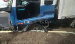 В Барнауле новый асфальт не выдержал грузовик.