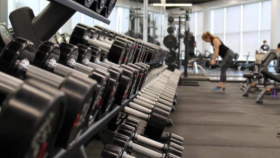 Спорт. Фитнес-зал. Тренировка.