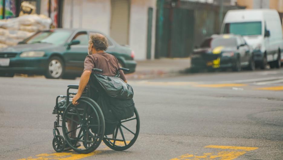 Мужчина в инвалидной коляске.