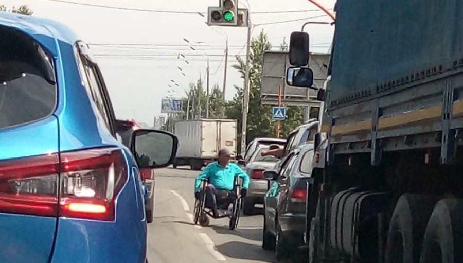 Инвалид-колясочник просит денег у барнаульских водителей.