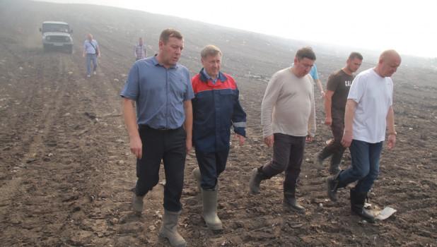 Мэр Новосибирска Анатолий Локоть проводит выездное совещание на мусорном полигоне.
