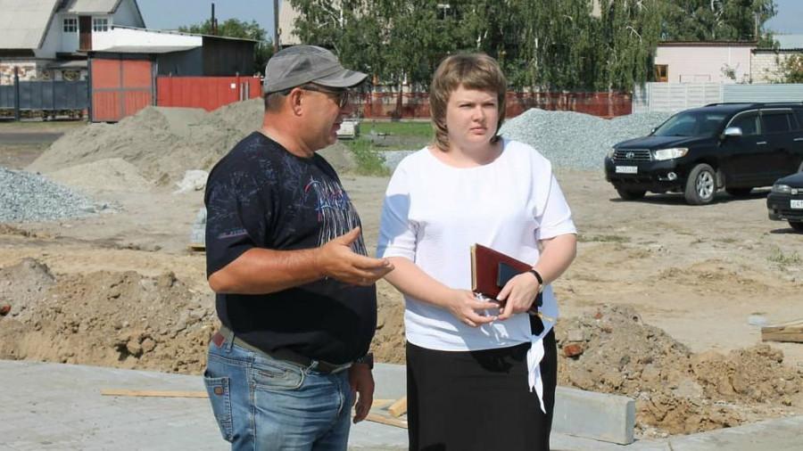 Евгения Гордиенко инспектирует благоустройства парка на ул. Речной. Август 2020 года.
