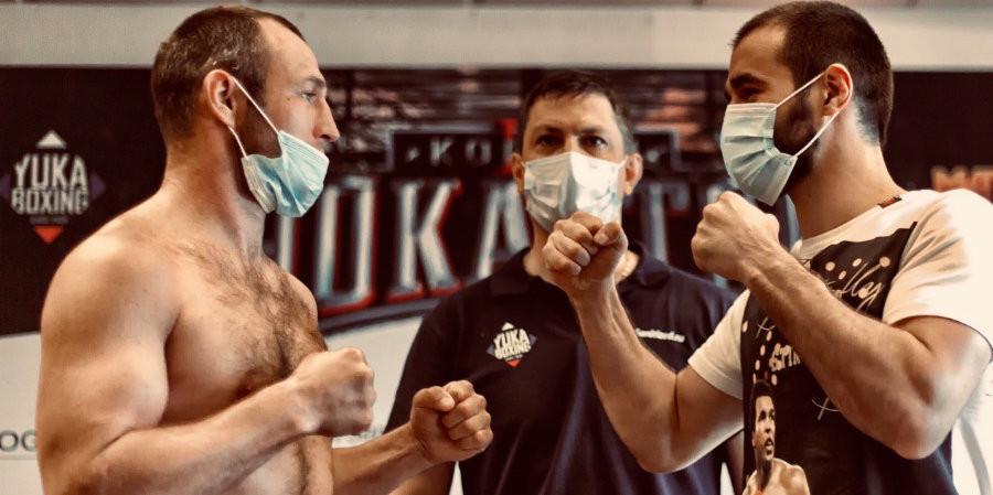 Алтайский боксер Павел Мамонтов (слева) и его соперник.