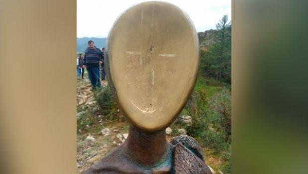 Вандалы расцарапали памятник суслику в Республике Алтай