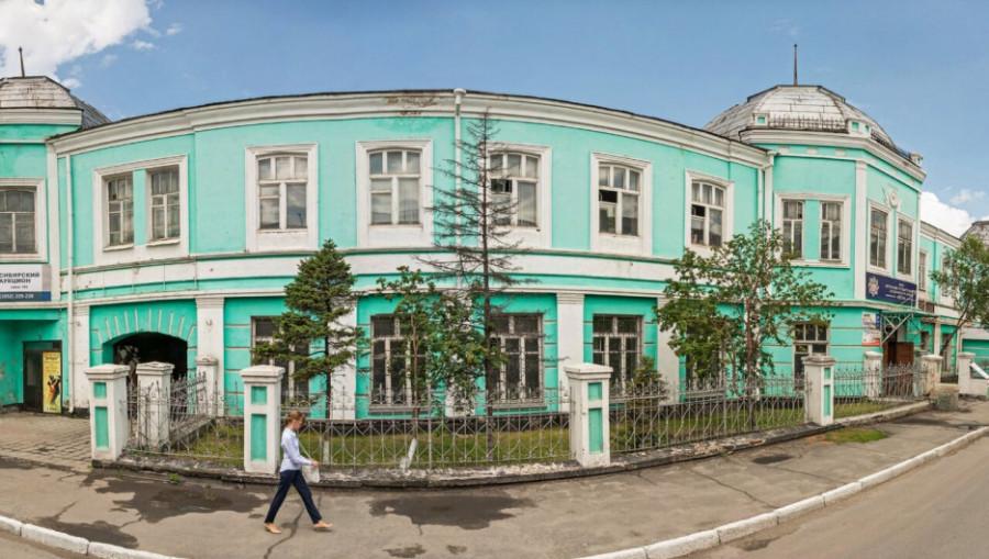 Старинная ограда у здания на ул. Ползунова.