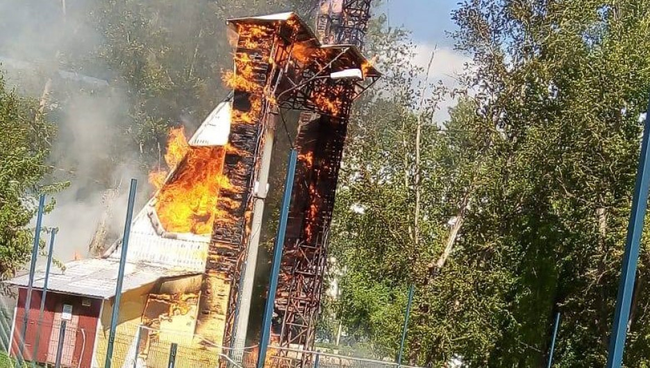 """В парке """"Изумрудный"""" сгорел скалодром."""