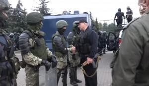 Вооруженный Александр Лукашенко.