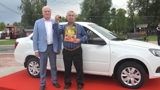 Сибиряк за самый крупный помидор получил автомобиль Lada Granta.