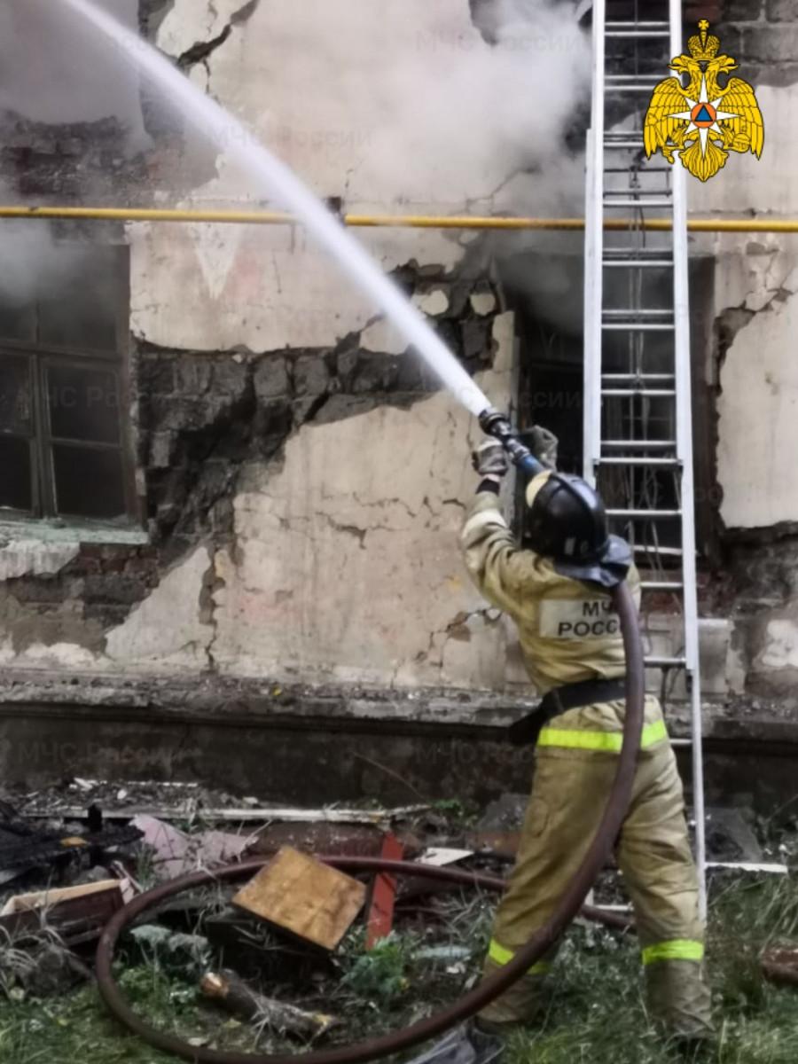 Пожар в расселенном доме в Барнауле.