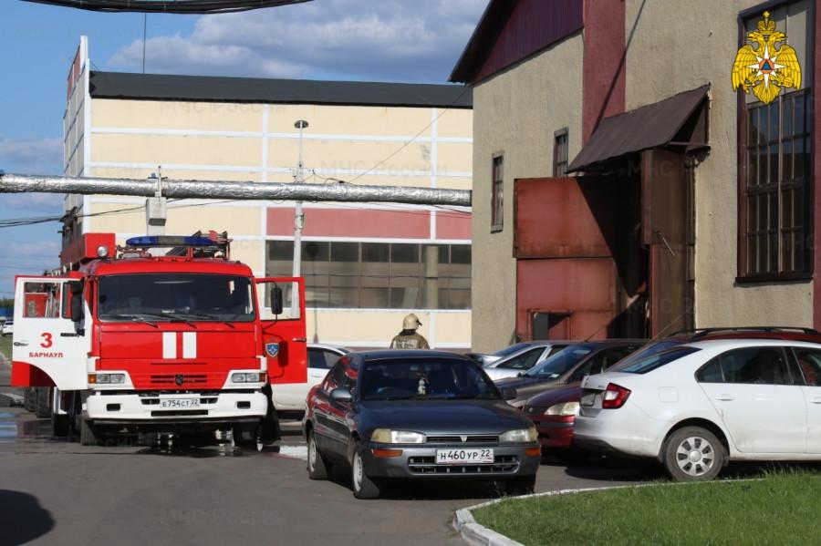 Пожарные потушили производственный цех.