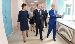 В школе №5 Виктора Томенко сопровождают директор Ольга Могельницкая и глава района Сергей Балухин. Август 2018 года.