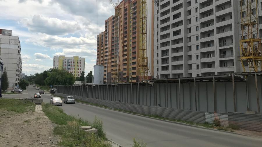 Новостройки в Барнауле вдоль пер. Ядринцева. Слева - участок под автостоянку.
