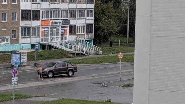 Голый мужчина блокировал движение на перекрестке в Барнауле.