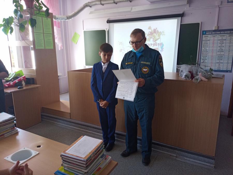 В МЧС наградили алтайского школьника за предотвращение пожара.
